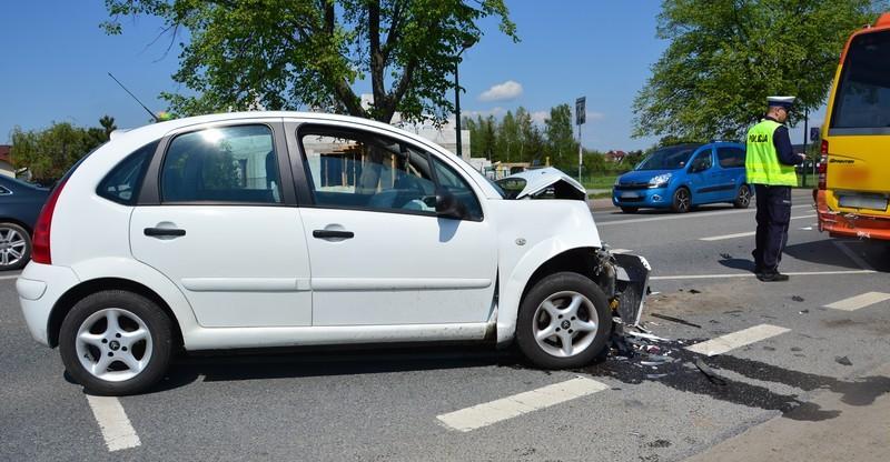 Zderzenie osobówki z autobusem. Dwie osoby w szpitalu (FOTO)