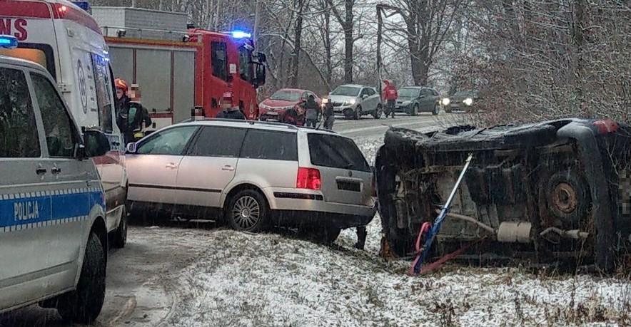 UWAGA: Zderzenie osobówek. Jedna wypadła z drogi i zatrzymała się w rowie (ZDJĘCIA)