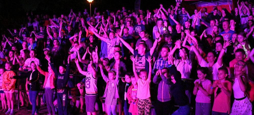 """Ogień na scenie i """"kipiąca"""" publiczność! Majówka z disco polo w Polańczyku! (FILM, ZDJĘCIA)"""