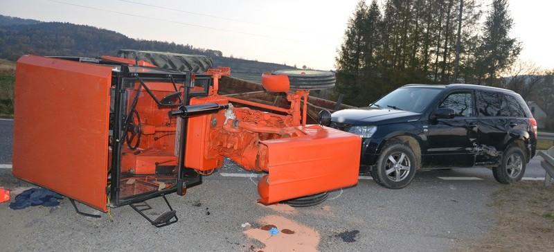 Zderzenie osobówki z traktorem. Dwie osoby w szpitalu (ZDJĘCIA)