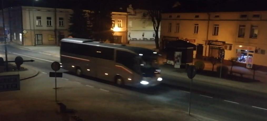 Kolumna autokarów zawiozła powracających z Włoch na kwarantannę do Soliny! (WIDEO)
