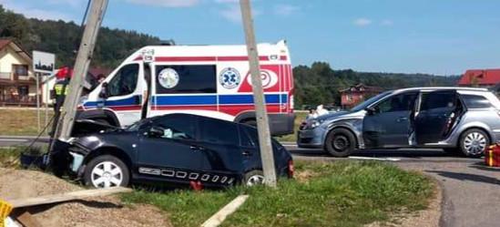 Wypadek w Bliznem. Skoda zatrzymała się na słupie (ZDJĘCIA)