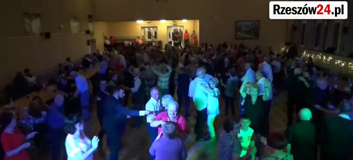 Seniorzy nie zwalniają tempa! Potańcówki gromadzą coraz więcej rzeszowian! (FILM)