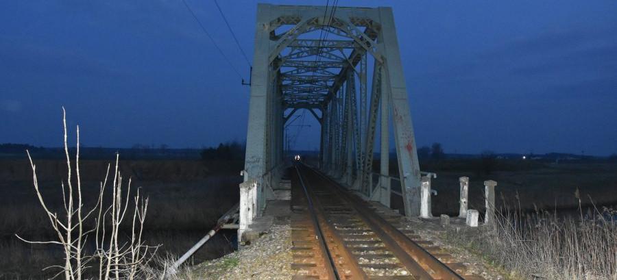 20-latek spadł z mostu kolejowego na tory (FOTO)