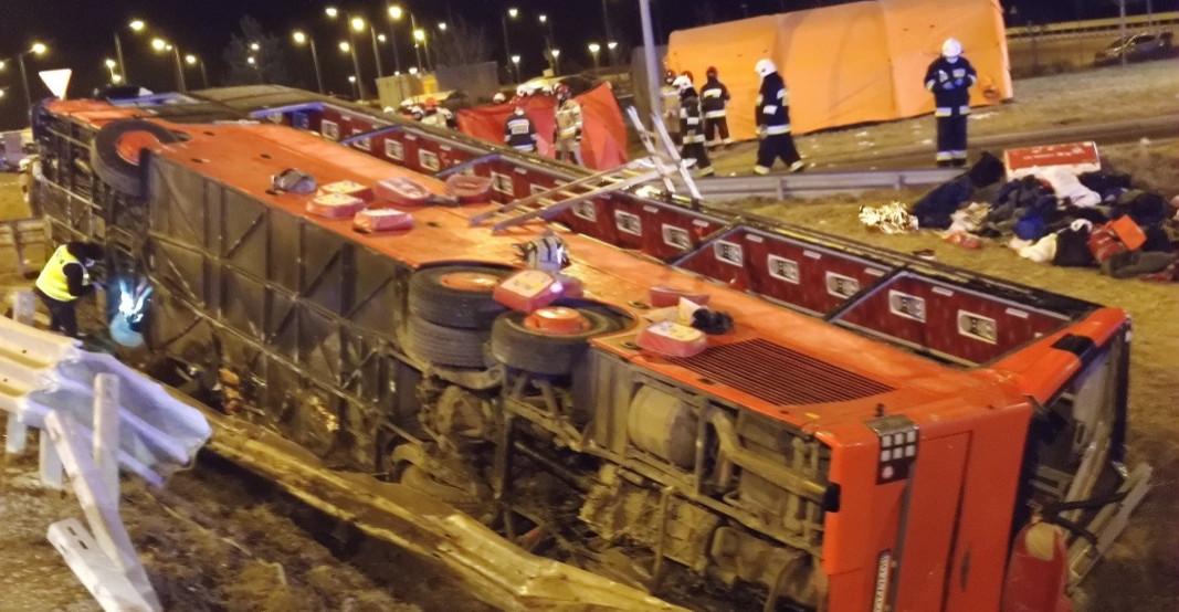 Autokar przełamał bariery i zsunął się z nasypu (FOTO)