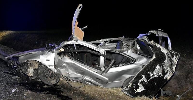 Samochód wzbił się w powietrze i uderzył w kilka drzew. 4 osoby w szpitalu (ZDJĘCIA)