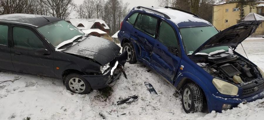46-latka nie opanowała samochodu. Pasażerka w szpitalu (ZDJĘCIA)