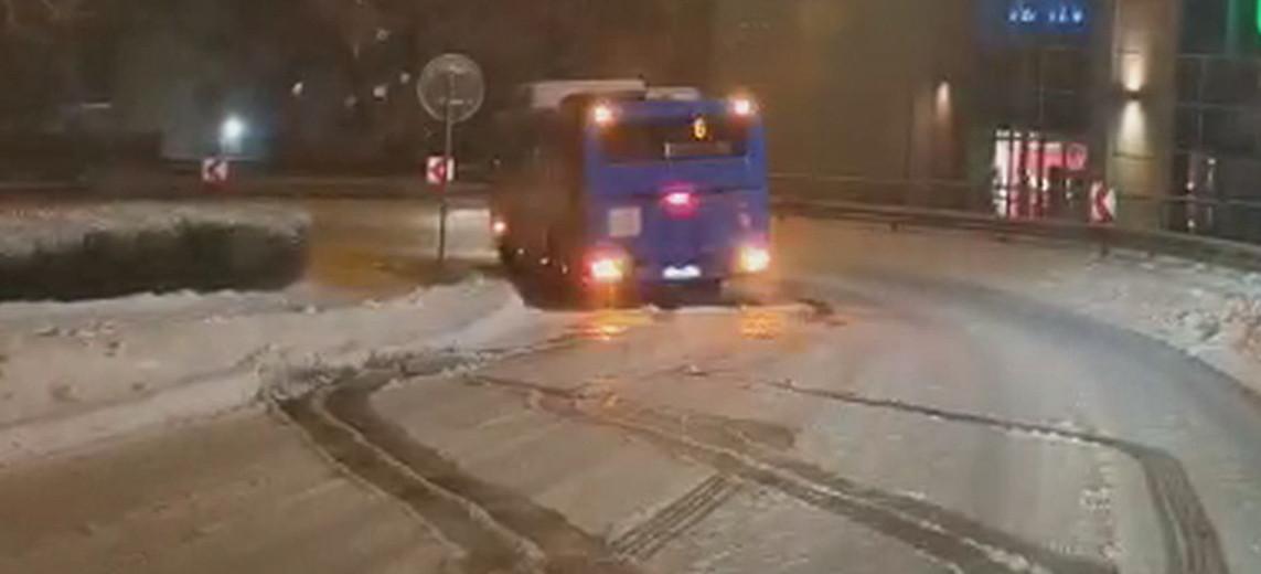 SANOK. Ślizgawica na Okopisku. Tak kierowca MKSu walczył z lodem (VIDEO)