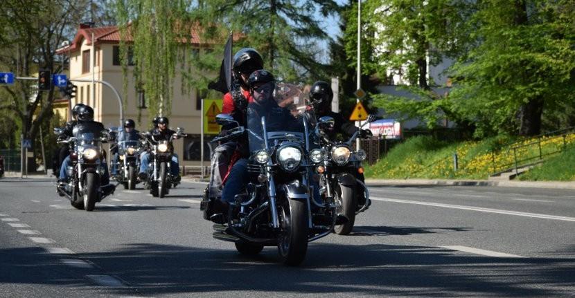 Na drogach sporo motocyklistów, motorowerzystów i rowerzystów. Czy są bezpieczni? (ZDJĘCIA)