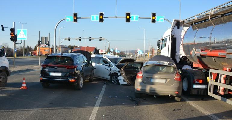 Zderzenie trzech samochodów osobowych i ciężarówki (FOTO)