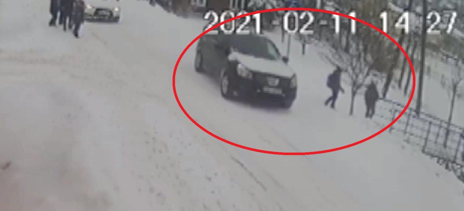 Kolejne wyprzedanie na pasach! Dziecko ratowało się ucieczką! (VIDEO)