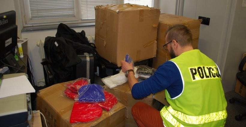 RZESZÓW. Oszukiwał w Internecie, sprzedając podrobioną odzież! Zabezpieczono 4700 sztuk (FOTO)