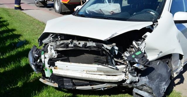 Zderzenie trzech samochodów. Dwie osoby w szpitalu (ZDJĘCIA)