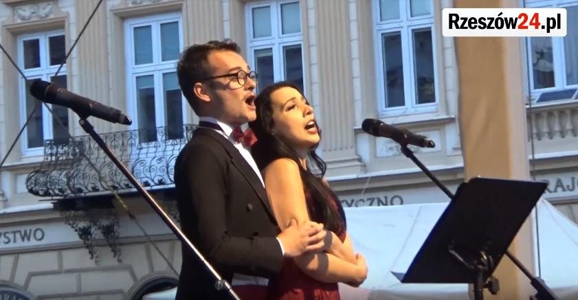 Koncert melodii operetkowych i musicalowych na rzeszowskim Rynku (WIDEO)