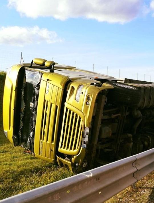 Wypadek na A4. Pijany kierowca tira przewrócił pojazd (ZDJĘCIA)