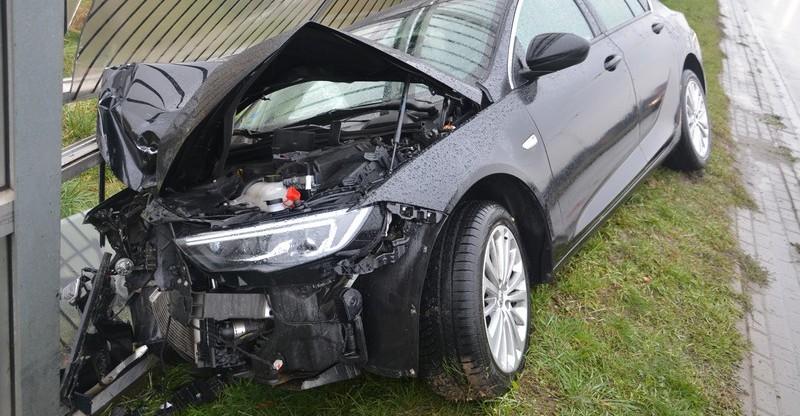 PODKARPACIE: VW wymusił pierwszeństwo. Opel wjechał w latarnię (FOTO)