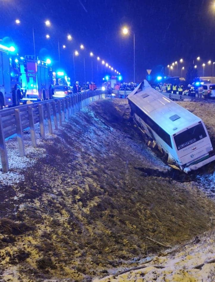 Autobus przebił bariery i runął z nasypu. Dwie osoby zakleszczone w pojeździe (VIDEO, FOTO)