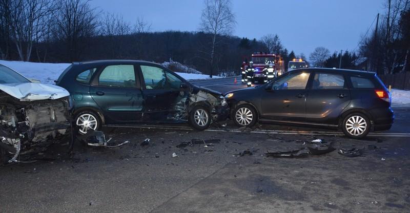 Kraksa trzech pojazdów. Dwie kobiety trafiły do szpitala (FOTO)