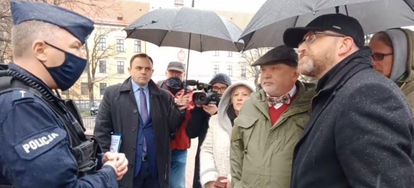 """Grzegorz Braun nękany przez policję? """"Przeszkadzacie w kampanii"""" (VIDEO)"""
