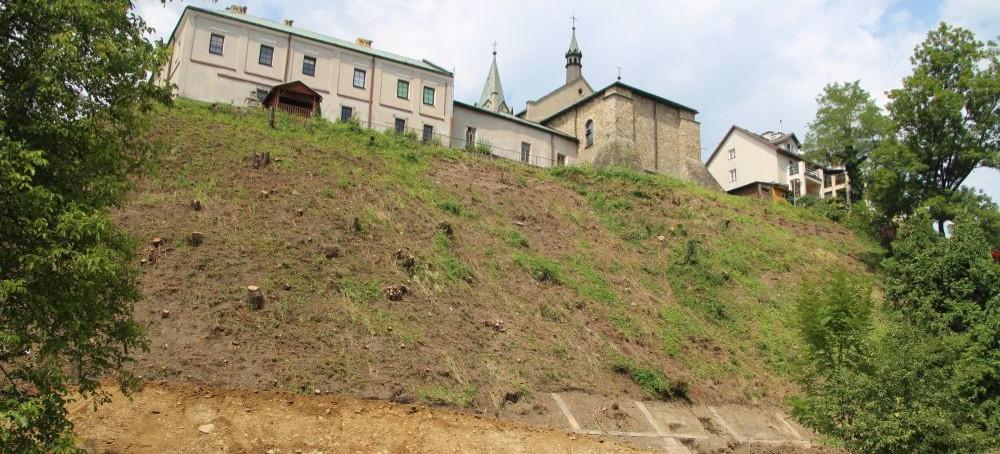 Wzmacniają skarpę pod klasztorem oo. Franciszkanów. Zobacz aktualne ZDJĘCIA