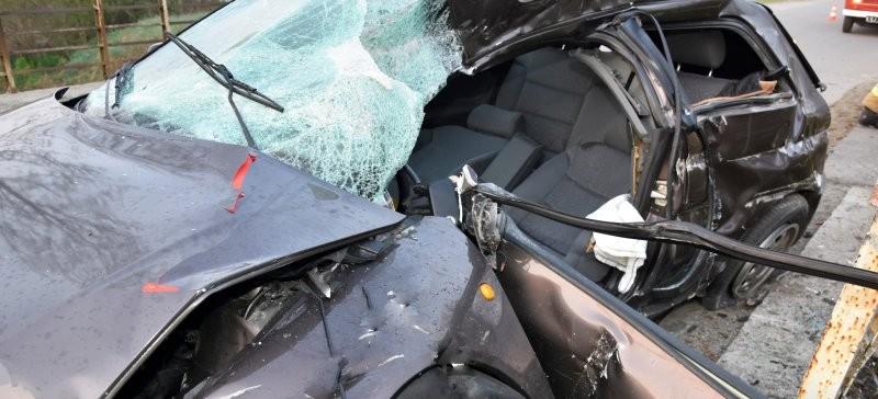 Nietrzeźwy 22-latek wjechał w barierkę. Samochód doszczętnie zniszczony (ZDJĘCIA)