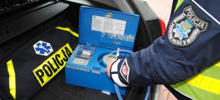 TRZEŚNIÓW: Pijana uszkodziła samochód na parkingu. Zatrzymali ją świadkowie