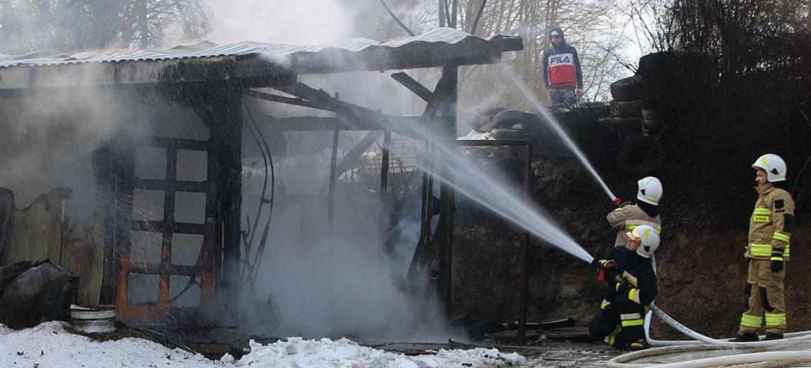 BRZOZÓW. Pożar drewnianego garażu. Spłonęły dwa samochody (VIDEO, ZDJĘCIA)