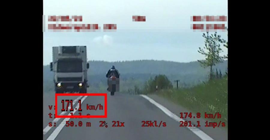 Brawurowa jazda motocyklem! 24-latek stracił prawo jazdy (ZOBACZCIE NAGRANIE)