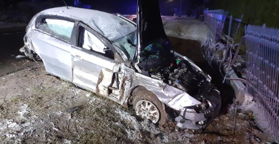 Bardzo groźny wypadek w regionie. Dwie osoby poszkodowane (ZDJĘCIA)