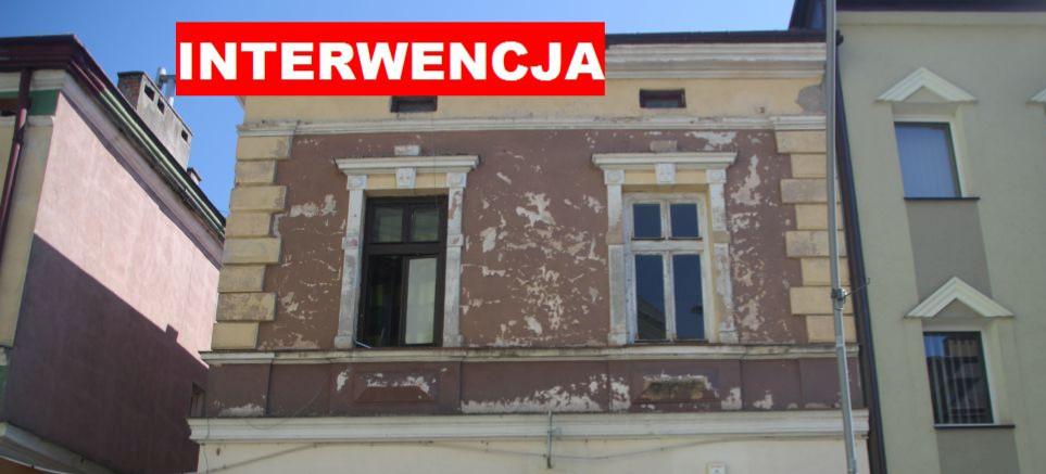 INTERWENCJA / SANOK: Budynek w centrum się sypie! (FOTO)