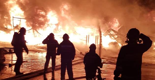 Ogromy pożar w zakładzie produkującym folie (FOTO)