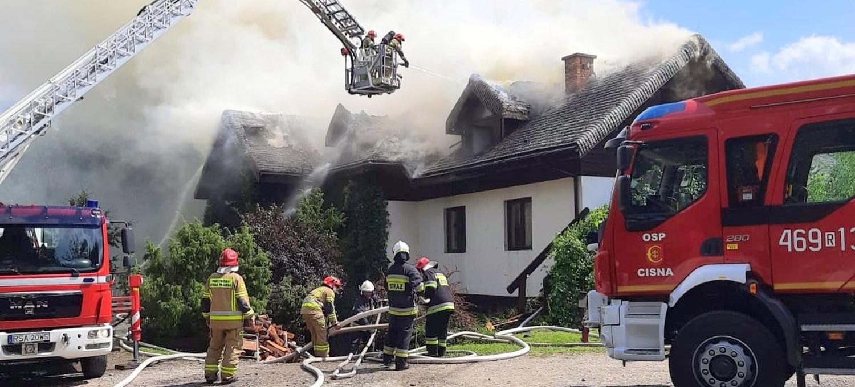 W Bieszczadach płonie pensjonat. Z ogniem walczy ponad 50 strażaków!
