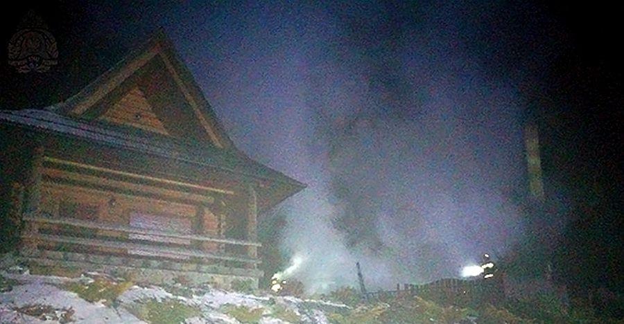 Pożar drewnianego domku letniskowego. Turyści powiadomili strażaków (FOTO)