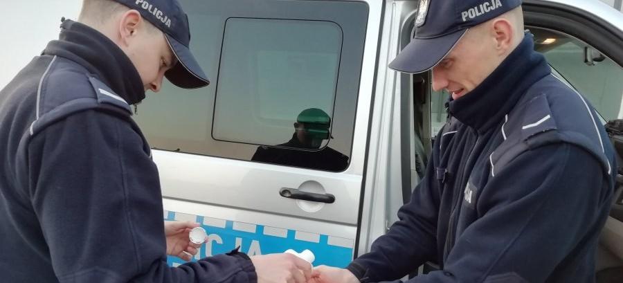 Lescy policjanci sprawdzają miejsca pobytu osób objętych kwarantanną