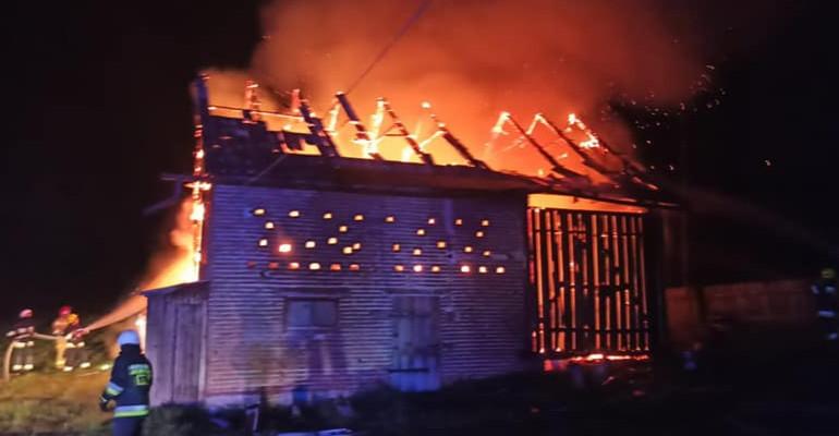 Pożar stodoły w Humniskach. Z ogniem walczyło pięć zastępów straży pożarnej (ZDJĘCIA)