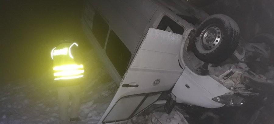 BIESZCZADY: Bus z turystami wylądował w rowie. Są ranni (ZDJĘCIA)