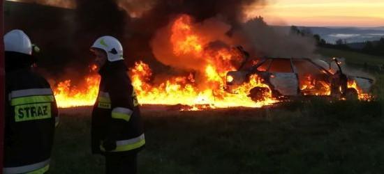 Pożar samochodu! Zatrzaśniętego kierowcę w ostatniej chwili wyciągnięto z pojazdu (FOTO)