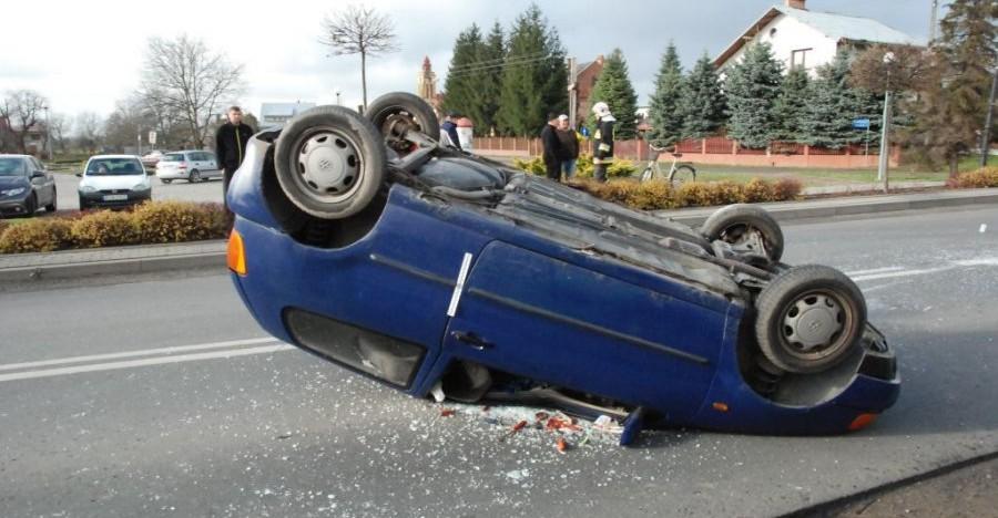 Dachował volkswagen polo, ranna  pasażerka (ZDJĘCIA)