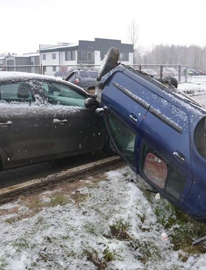 Wypadek z udziałem trzech samochodów. Dwie osoby w szpitalu (FOTO)