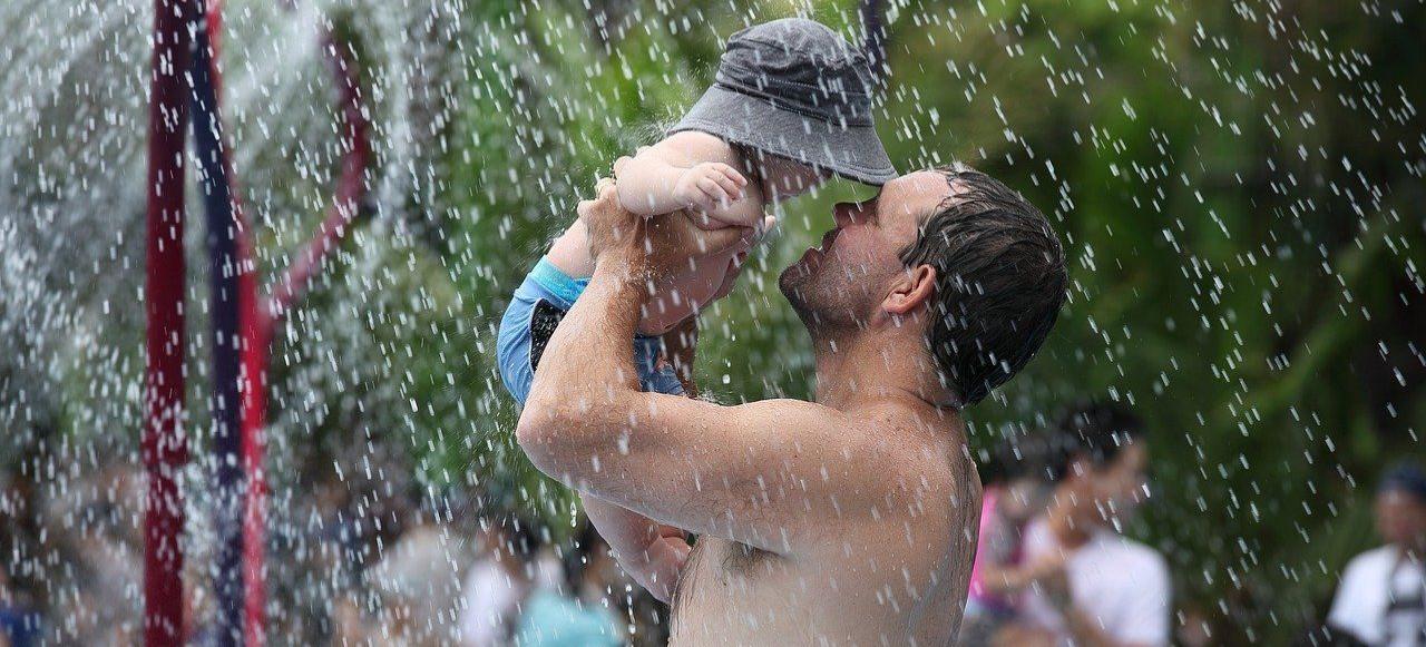 Ojcowie korzystają z urlopów celem wychowywania dziecka