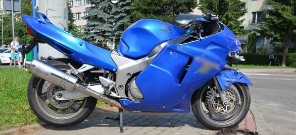Wymuszenie pierwszeństwa i zderzenie osobówki z motocyklem. Jedna osoba w szpitalu (ZDJĘCIA)