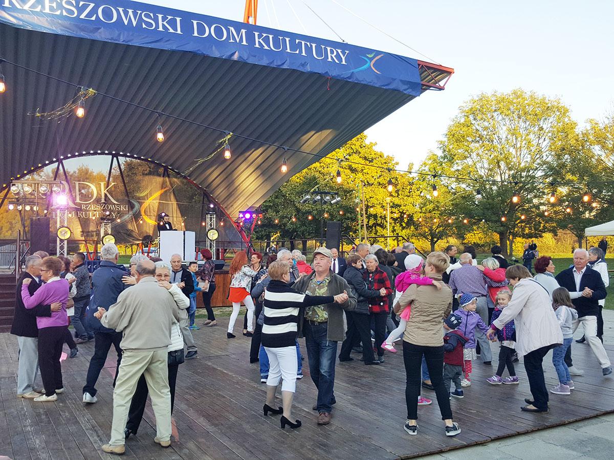 Foto - Potańcówka Miejska dla Seniorów (fot. RDK) - 1(1)