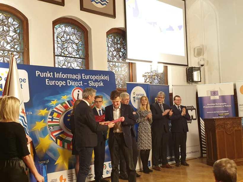 Wręczenie nagrody Janowi Sobusowi z II LO Łańcut przez Europosła Roberta Biedronia